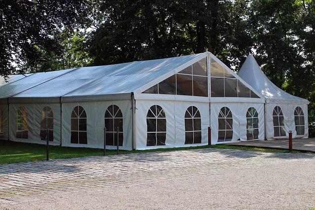 היתרונות וחסרונות בבחירת אוהל לאירוע